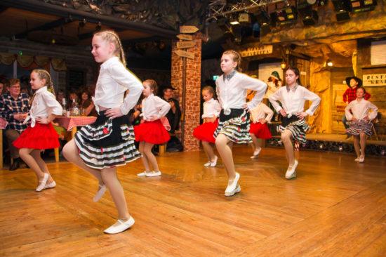 ein schääner Tanz von die Mädels