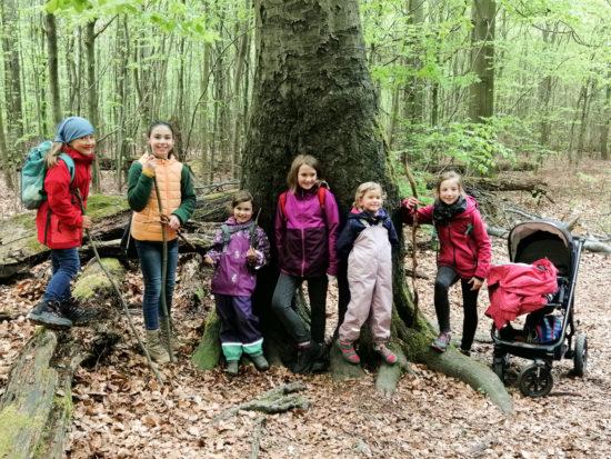 Zünftige Wandersleute.... unsere Mädels sind gut gelaunt dabei.