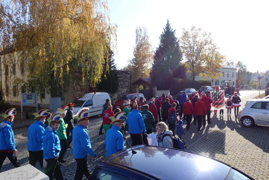 In Bannewitz beginnt das närrische Treiben: Die Karnevalisten ziehen durch den Ort.