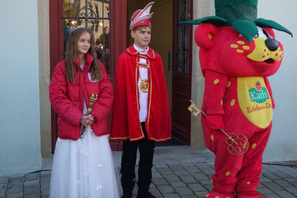 Symbolisch übergibt der Erdbär den Rathaus-Schlüssel dem Prinzenpaar des KKB.
