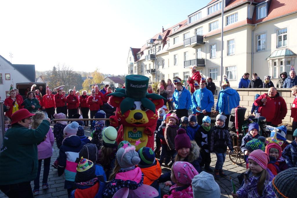 Die Kinder zeigen dem Bürgermeister, wie Limbo getanzt wird.