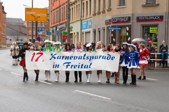 Zwei Gardemädchen des SKV tragen das Banner mit