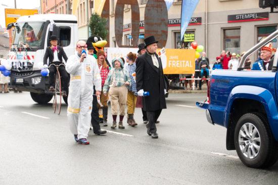 Der Bürgermeister der Stadt Freital und sein Gefolge