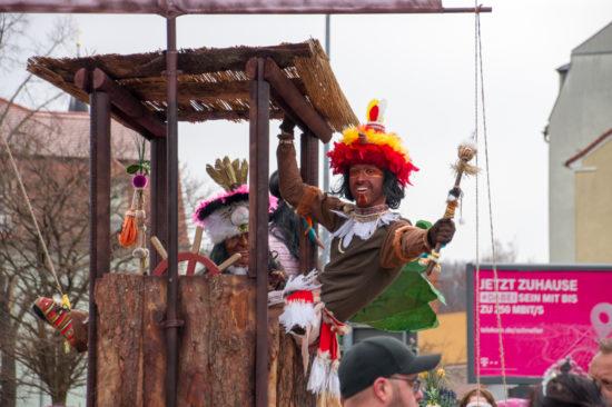 der Krieger Bumbo Chuchi des zweitkleinsten Stammes der Welt