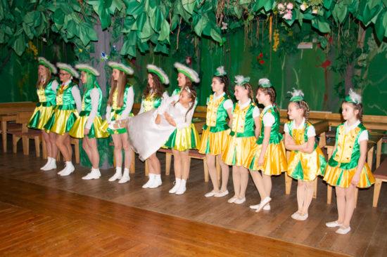 Einige Tänzerinnen der großen und der kleinen Garde stehen schon bereit, um die Gäste zu begrüßen.