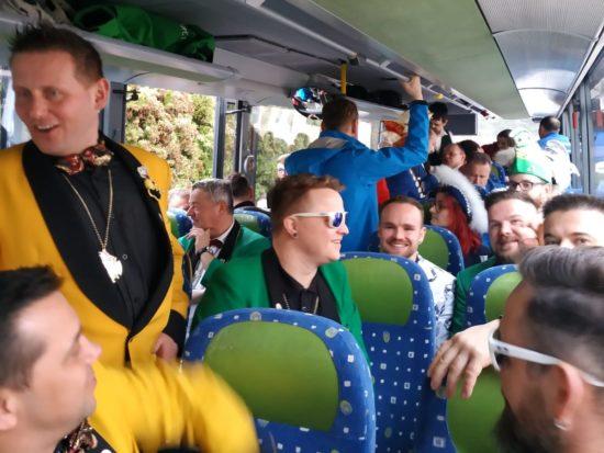 Der Bus füllt sich und alle sind bereit für die ersten Säle.