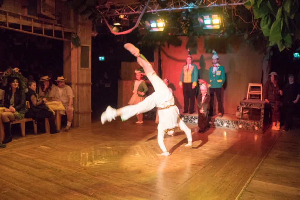 Der Ehrenkommandeur tanzt