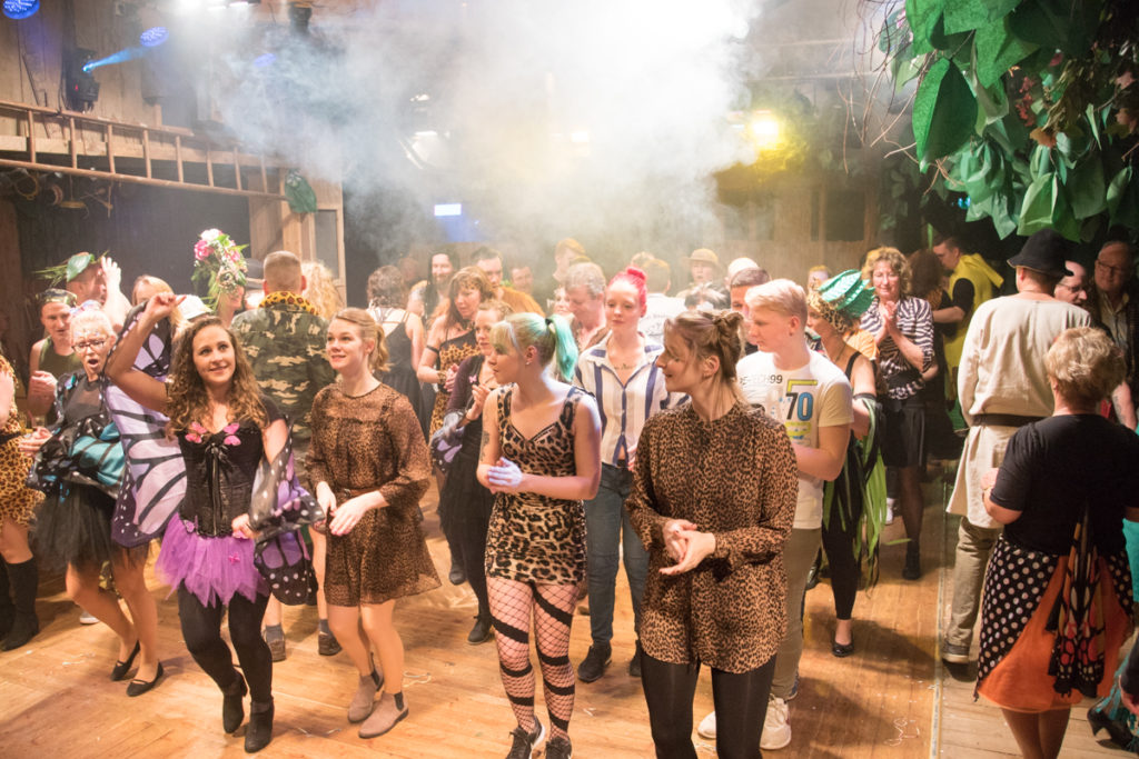 zum Abschluß tanzen wir mit unseren Gästen den Vereinstanz