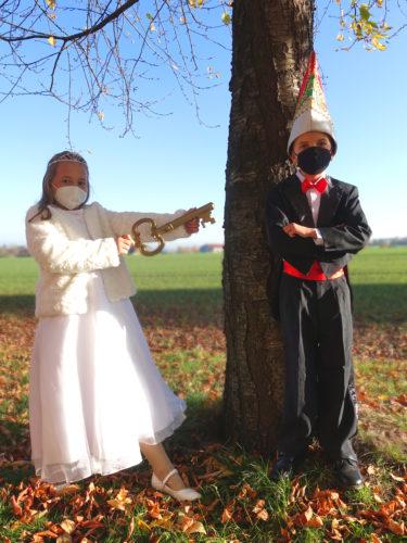 Die Amtsgeschäfte übernehmen dann bis zum Februar die Prinzenpaare. Wie ihr seht, haben wir schon mit unserem amtierenden Prinzenpaar geübt. Für Prinz Joel I. und Prinzessin Hanne I. heißt es: Nicht nur den Schlüssel, sondern auch Abstand halten.