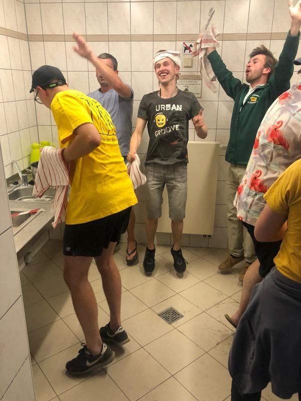 und die Männer dürfen endlich den Aufwasch erledigen